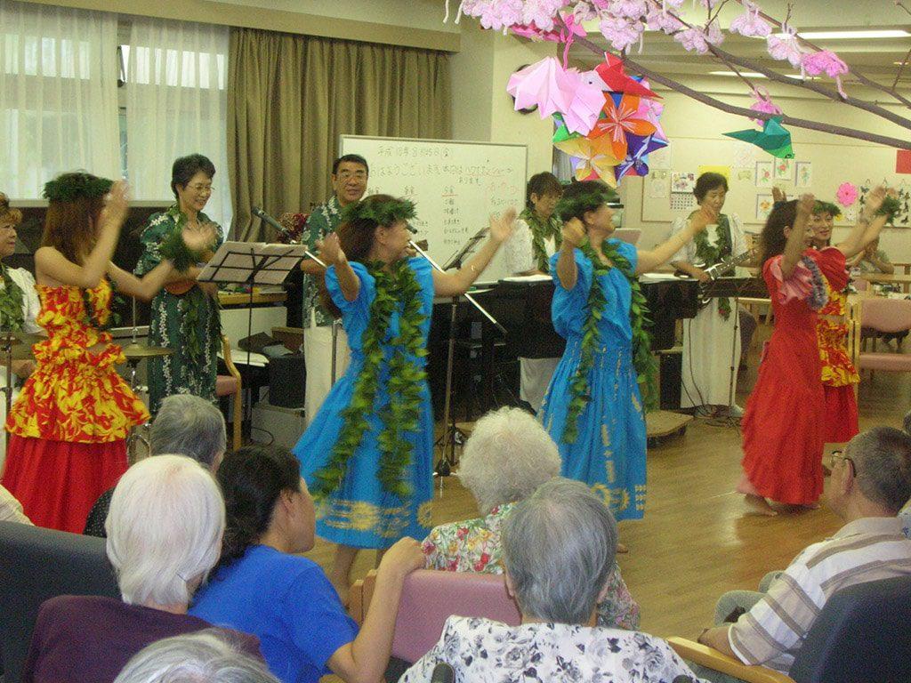写真:生演奏でハワイアンダンス